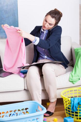 Mujer trabajando y doblando ropa
